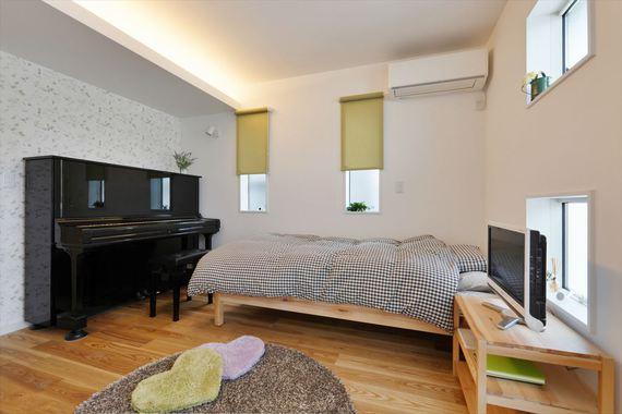 間接照明を用いた居室。無垢の床にナチュラルな雰囲気のアクセントクロスで優しくリラックスできる部屋です。