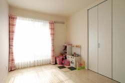 日当たりのいい子供部屋は優しい雰囲気に仕上げました。