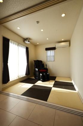リビングから続く和室はさまざまな用途に活躍します。プロジェクターで白壁に映像を映せばミニシアターに。