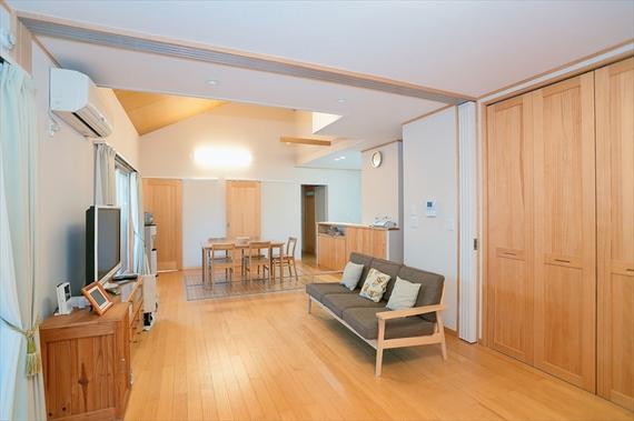 2階の子世帯のお住まいは、天井裏まで空間に取り入れた、大胆なプランニング。ワンルーム感覚の豊かな住みこなしを楽しんでいらっしゃいます。