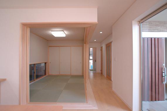 リビングからフラットに繋がる和室は、隅柱を無くし、広々と使う事が出来ます。