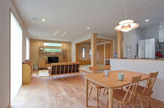 無垢フローリングや、天井~壁面まで施した塗り壁など、素材の質感や 優しい色味にこだわった19帖のリビングダイニング。 キッチンから全体を見渡せ、どこに居ても家族の気配を感じられます。