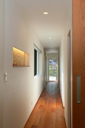 LDKと水回りを繋ぐ2階の廊下には心地よい風が通り抜けます。