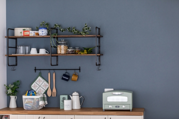 カフェのようなオープン収納は、よく使う食器や調味料を飾りながら収納できます。