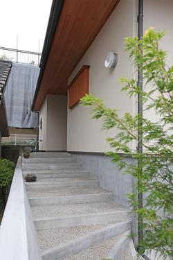 玄関への階段は緩やかで小さな子供も安心して上れます。