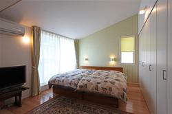 他の部屋とは趣を変え、勾配天井とした寝室