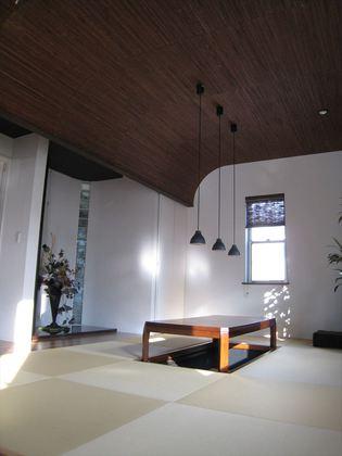 ジャパニーズモダンな和室。ダイナミックなR天井が印象的