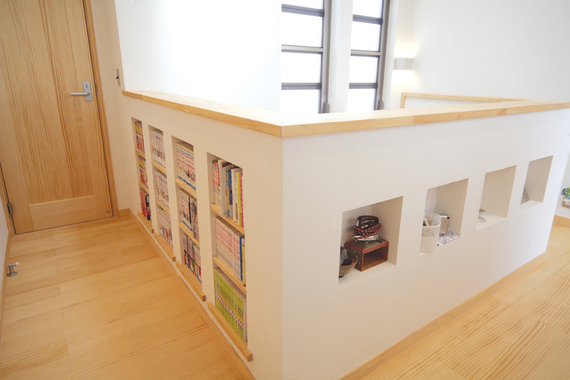 壁の厚みを利用した収納にも、飾り棚にも