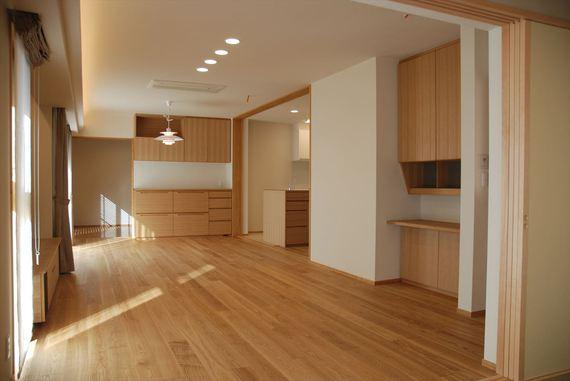 キッチンの建具を閉めれば独立したリビングダイニングに変身。急なお客様も慌てずにお迎えできます。