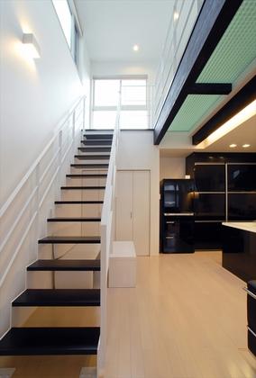ストリップ階段がLDKの開放感をさらに大きなものにします。照明にも配慮し、器具が極力目に触れないことや光の広がり方まで考慮しました。