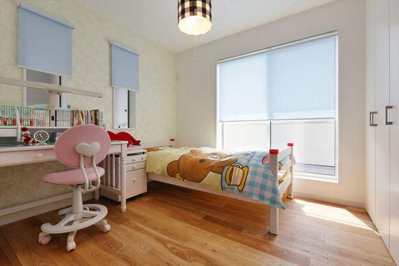 間仕切り収納により仕切られた子供部屋。照明器具、アクセントクロスはお子様自身が選定しました。