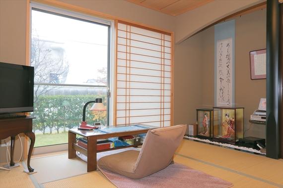 父様の書斎を兼ねた和室。芝生の庭を眺めながら本を読むひとときがお気に入り。