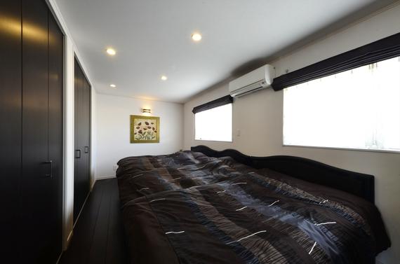 ご夫婦と3人のお子さん全員のためのワイドな主寝室。壁一面には大容量のクローゼットを備えています。