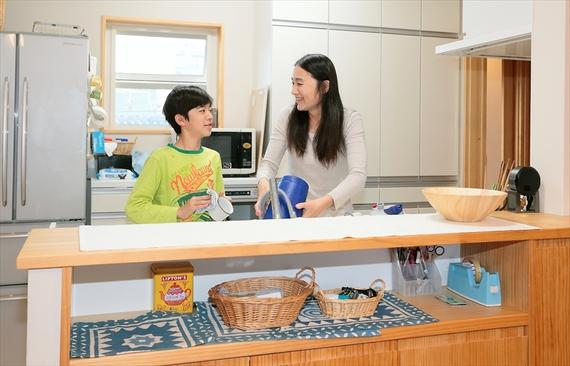 2階の子世帯のキッチンは対面カウンタータイプ。水まわりと寝室が上下階で重ならないように気をつけたそうです。