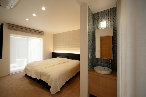 寝室にパウダーコーナーを設ける事で、2階まで行かなくても身支度ができます。