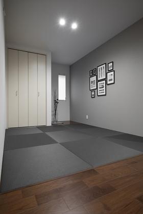 和室はグレーのカラー畳とアクセントウォールでひと味違ったモダンな空間。