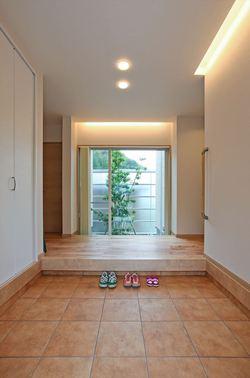 ゆとりを持たせた玄関は、正面に坪庭を設け、家の中からでも季節を感じられる空間に。 お客様・家族を優しくお迎えします。