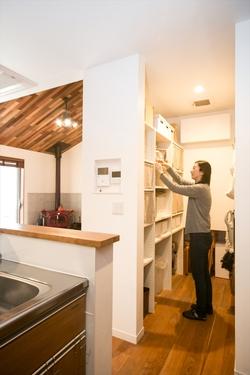 キッチン横のパントリーにストック品や掃除用具など、必要な物がすべて収まる。