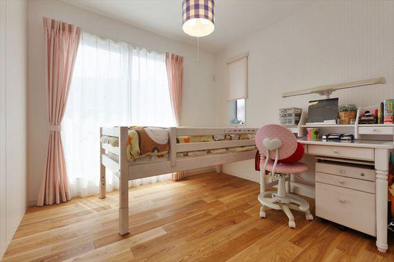 もう1つの子供部屋。広さ、形状、家具は同じですが、カーテンやクロスにより印象が少し違います。