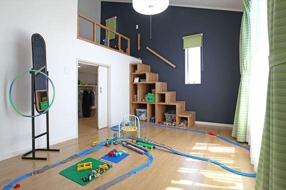 ロフト下にたっぷり収納があるのでお部屋を広々と使用できます。 部屋のアクセントになっている階段収納は、おもちゃのサイズに合わせて作って あるので、お気に入りを飾りながら楽しくお片付けができます