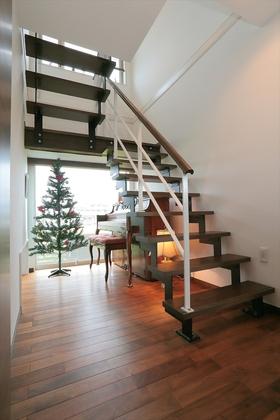 1階と2階を繋ぐ階段はスリットで開放的に。階段下はピアノや季節感のあるディスプレイでギャラリースペースに。家族でミニ演奏会を楽しむことも。