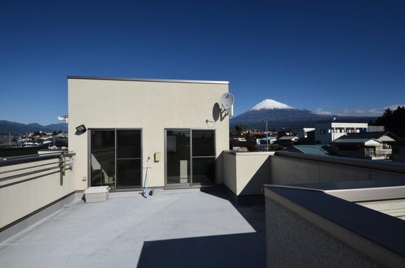 富士山を望むひろびろした屋上は家族の自由な場所。