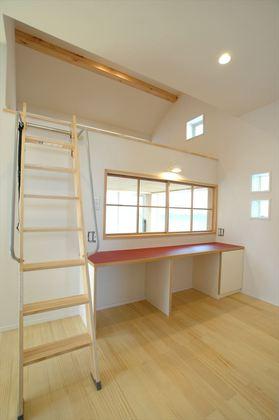 吹抜けの開口を通じて光を取り込む 明るい居室。 吹抜け上部空間を収納スペースにしました。