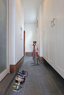 玄関から勝手口へ通り抜けられる広い土間スペース。駐車場からキッチンへ最短距離でアクセスできるので、買い物帰りの奥様にうれしい設計。