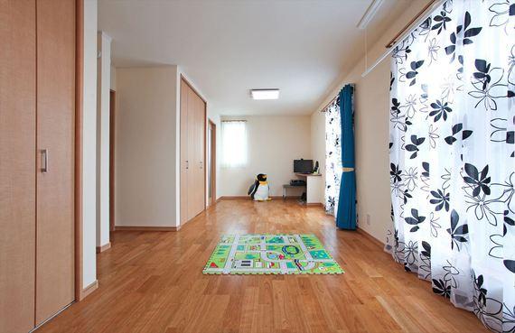 お子様が小さいうちはみんなで広々と、将来は間仕切りで2部屋に区切ります。 寝室のウォークインクローゼットから廊下へ通り抜けられる設計です