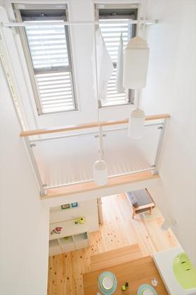 吹き抜けドライルーム:吹き抜けキャットウォークは陽当りと風通し抜群で洗濯物のベストポジション。