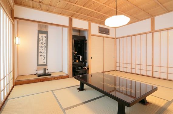 伝統的な和室の佇まいを現代の家に再現。オリジナルの障子や天井のデザインに小粋なセンスが感じられます。