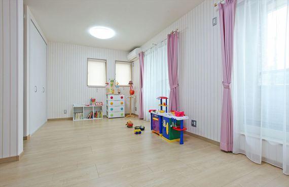 お子様が小さなうちは家族みんなで過ごす空間に、成長したら2部屋に間仕切る事ができます。