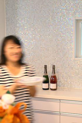 光を反射してさまざまな表情を見せるモザイクタイルの壁。何を飾ってもサマになる、とっておきの空間。料理の時間が楽しくなります。