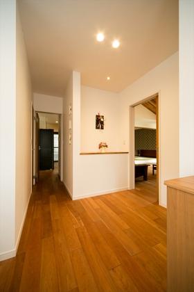 玄関ホールからリビング・キッチン・パントリーへ回遊できる動線。