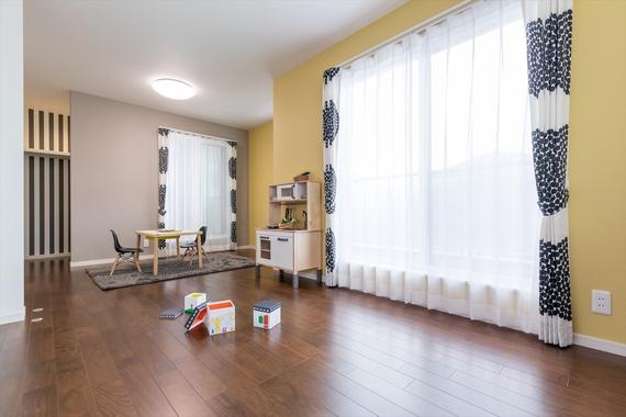 ちょっぴり大人なテイストの子供部屋。ライフスタイルに応じて間仕切りできます。