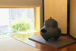 和室には本格的な床の間を用意。畳に座ったときの目線で、きれいな緑が目に入るよう、低い位置に窓を開けました。