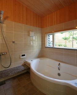 坪庭を眺める浴室。家の各所から自然との繋がりを感じられます。