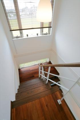 幅にゆとりをもたせた階段。大きな窓からたっぷり光が差し込みます。