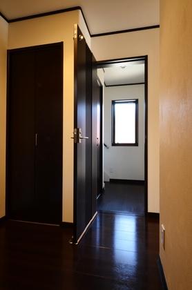 親世帯と子世帯の玄関ホールは、施錠可能なドアで行き来ができます。