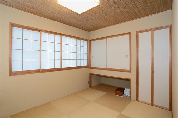 2階に設けた和室は、よしず天井や琉球畳を使用した上品なしつらえ。県外に住む親戚が訪れた際は、高級旅館のような客室に変身します。