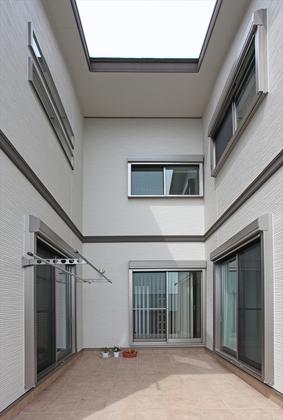 家中に光と風を届けるパティオ。パティオを囲んで部屋を配置する事で外部の視線を気にせず大開口の窓を配置できます。