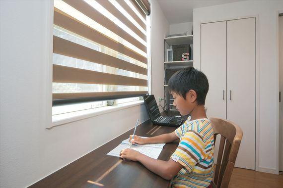 ダイニングの壁沿いに天板を張って、ワークコーナーに。息子さんが宿題をやったり、奥様がパソコンを使うときに重宝しています。