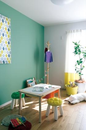 明るい光が差し込む子供部屋。遊び心ある色使いが楽しい。