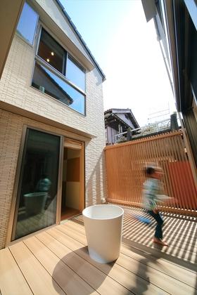 家の中心となる中庭は採光・採風の他にも様々な効果をもたらします。