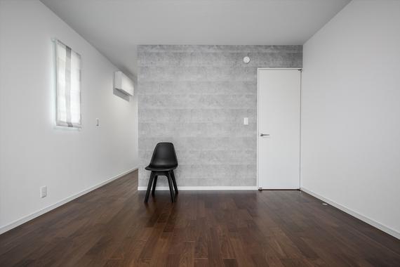 寝室は落ち着きのある空間に。奥には約4帖のウォークインクローゼットが続きます。