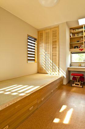ご主人様の書斎です。小上がりの畳コーナーは疲れた体を癒す至福のスペースです。
