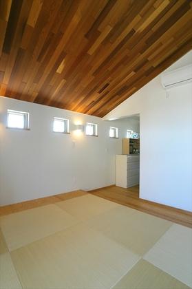 寝室の勾配天井にも1階と同様にレッドシダーの乱張りで表情豊かに。