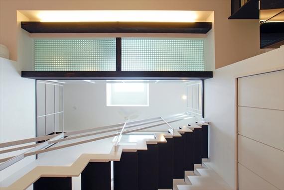吹き抜けを見上げると、建築と光の重なりにより立体感を感じられる。