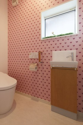 トイレのアクセントクロスはお子様に反対されながら選んだ逸品。思い切った柄のクロスが気になったらトイレで使うのがいいかもしれません。