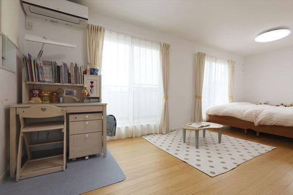 将来、間仕切ることも想定した子供部屋。間仕切った時に2部屋で差が出ないように同じ条件で間仕切れるよう計画しました。